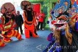 Kelompok tari menari kesenian tradisional barongan dalam lomba seni tradisi desa-desa di sepanjang bantaran Sungai Ngrowo, Tulungagung, Jawa Timur, Rabu (2/11). Lomba kesenian tradisional itu bertujuan melestarikan seni-budaya daerah serta penguatan kearifan lokal menjaga kebersihan sungai. Antara Jatim/Destyan Sujarwoko/zk/16