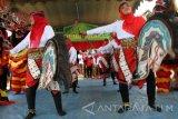 Kelompok tari wanita menari jaranan dalam lomba seni tradisi desa-desa di bantaran Sungai Ngrowo, Tulungagung, Jawa Timur, Rabu (2/11). Lomba kesenian tradisional itu bertujuan melestarikan seni-budaya daerah serta penguatan kearifan lokal menjaga kebersihan sungai. Antara Jatim/Destyan Sujarwoko/zk/16