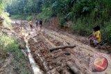Jalan Penukal Utara rusak warga terancam terisolir