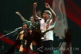 Penyanyi Virgiawan Listanto yang dikenal dengan nama Iwan Fals menyanyikan lagu  berjudul Ujung Aspal Pondok Gede dalam konser Mata Hati di Graha Cakrawala, Malang, Jawa Timur, Sabtu (27/11). Dalam konsernya, penyanyi peraih puluhan penghargaan tersebut menyanyikan 25 lagu bertema cinta dan kritik sosial dari beberapa albumnya yakni Nyanyian Jiwa, Oemar Bakrie, Bento dan Bongkar. Antara Jatim/Ari Bowo Sucipto/zk/16.