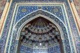 Iran berencana membuka kembali masjid di area bebas corona