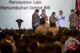 Presiden Joko Widodo (kanan) didampingi Menko Perekonomian Darmin Nasution (tengah), Menteri Perdagangan Enggartiasto Lukita (kedua kiri), Menteri Perindustrian Airlangga Hartarto (kiri) dan Ketua Umum Kamar Dagang dan Industri (KADIN) Indonesia Rosan Roeslani (kedua kanan) meresmikan acara pembukaan Rapat Pimpinan Nasional KADIN Indonesia di Jakarta, Kamis (1/12). Rapimnas yang akan berlangsung hingga 2 Desember tersebut memusatkan perhatiannya kepada percepatan laju perkembangan sektor riil untuk menopang pertumbuhan ekonomi Indonesia. ANTARA FOTO/Widodo S. Jusuf/wdy/16.