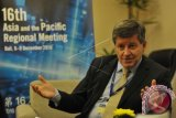 Direktur Jenderal Organisasi Perburuhan Internasional (ILO) Guy Ryder menjawab pertanyaan saat wawancara khusus dengan Perum LKBN Antara disela Pertemuan ke-16 Regional Asia Pasifik ILO di Nusa Dua, Bali, Rabu (7/12). Pertemuan selama empat hari tersebut dihadiri 20 menteri dan 400 peserta dari 35 negara di kawasan Asia, Pasifik dan Arab untuk menghasilkan kesepakatan untuk membantu penyusunan kebijakan ketenagakerjaan di masing-masing negara. ANTARA FOTO/Nyoman Budhiana/wdy/16.