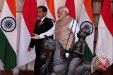 Presiden Joko Widodo berjalan bersama PM Narendra Modi saat melakukan pertemuan di Hyderabad House, New Delhi, India, Senin (12/12/16). Presiden Jokowi melakukan kunjungan kenegaraan ke India selama 12-13 Desember 2016, di lanjutkan ke Iran pada 14 Desember 2016. (ANTARA FOTO/REUTERS/Adnan Abidi).