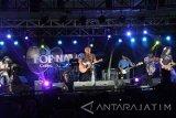 Musisi Iwan Fals tampil dalam konser indoor bertajuk