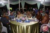 Gubernur Lampung M. Ridho Ficardo (dua kiri depan) saat berbincang-bincang pada acara Refleksi Akhir Tahun dengan tema 'Capaian Hasil Pembangunan 2016 dan Prioritas Pembangunan 2017', di halaman Kantor Gubernur Lampung, di Bandarlampung. (ANTARA FOTO/Humas Pemprov Lampung/Dok).