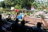 Prajurit Koramil Sawa Erma perbaiki jalan akses kampung