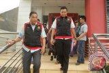 Tim penyidik Satuan Khusus Pemberantas Korupsi Kejaksaan RI membawa tas berisi dokumen penting saat penggeledahan di Kantor Dinas Pendapatan dan Kekayaan  Aceh (DPKA), Banda Aceh, Jumat (13/1). Penyitaan dokumen itu guna melengkapi berkas penyidikan atas dugaan korupsi pengadaan mobil damkar senilai Rp17 miliar dan menetapkan 10 tersangka. (ANTARA Aceh/Ampelsa)