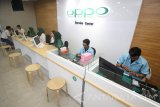 Sejumlah petugas melakukan servis dan melayani pelanggan saat pembukaan toko dan pusat servis Oppo di WTC E-Mall, Surabaya, Jawa Timur, Senin (16/1). Pembukaan toko dan pusat servis Oppo yang baru di Kota Surabaya tersebut bertujuan untuk memberikan kenyamanan dan kecepatan pelayanan kepada pengguna ponsel cerdas merk Oppo. Antara Jatim/Moch Asim/zk/17