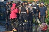 Seorang warga mencoba menghadang petugas kepolisian yang mengawal eksekusi tanah di Kapalo Koto, Padang, Sumatera Barat, Rabu (18/1/2017). Sebanyak lima warga diamankan karena dianggap menghalangi petugas saat mengawal eksekusi tanah seluas 7,8 hektar sebagai objek perkara oleh Pengadilan Negeri Padang. (ANTARA/Iggoy el Fitra)