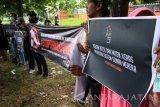 Massa pemerhati lingkungan yang tergabung dalam Jakarta Animal Aid Network (JAAN) membentangkan spanduk terkait sirkus lumba-lumba di Lapangan Albatros, Juanda, Sidoarjo, Jawa Timur, Rabu (25/1). Aksi oleh Jakarta Animal Aid Network (JAAN) tersebut sebagai bentuk penolakan terhadap segala kegiatan eksploitasi lumba-lumba dan menuntut dibebaskannya satwa tersebut dari praktik hiburan berkedok edukasi. Antara Jatim/Umarul Faruq/zk/17