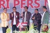 Presiden Joko Widodo (tengah) didampingi Ketua PWI Pusat Margiono (kedua kanan), Ketua Dewan Pers Yoseph Adhi Prasetyo (kedua kiri), Menteri Komunikasi dan Informatika Rudiantara (kanan), dan Gubernur Maluku Said Assagaff (kiri), memukul tifa sebagai tanda peresmian puncak Hari Pers Nasional 2017 di Ambon, Maluku, Kamis (9/2/2017). Dalam sambutannya, Presiden Joko Widodo berharap media arus utama (mainstream) bisa meluruskan pemberitaan yang \