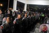 Anggota Brimob Polda Jabar melakukan apel persiapan di Mapolsek Megamendung, Kabupaten Bogor, Jawa Barat, Sabtu (11/2). Pengamanan tersebut dilakukan untuk menindaklanjuti paska mangkir pemanggilan kedua tersangka kasus penodaan lambang negara Habib Rizieq Shihab untuk di jemput paksa yang diduga berada di Pesantren Alam dan Agrikultural Markaz Syariah miliknya. ANTARAFOTO/Yulius Satria Wijaya/wdy/17.