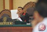 Hakim tunggal, Agus Walujo Tjahjono (kiri) memimpin sidang pencabutan gugatan praperadilan yang diajukan Juru Bicara Front Pembela Islam (FPI), Munarman di Paengadilan Negeri Denpasar, Bali (Senin (20/2). Jubir FPI Munarman dan kuasa hukumnya mencabut pengajuan praperadilan sehingga Hakim Pengadilan Negeri Denpasar, Agus Walujo Tjahjono memutuskan mengabulkan permohonan itu, namun proses penyidikan terhadap Munarman tetap dilanjutkan oleh Polda Bali. ANTARA FOTO/Nyoman Budhiana/i018/2017.