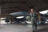 Lettu Pnb Fulgentius Dio Prakoso berjalan setelah dinyatakan lulus dan resmi menjadi penerbang pesawat tempur pesawat F-16 Fighting Falcon, di hanggar Skadron Udara 3 Lanud Iswahjudi, Magetan, Jawa Timur, Rabu (22/2). Dion resmi menjadi penerbang pesawat tempur pesawat F-16 Fighting Falcon, setelah menjalani pendidikan transisi dari penerbang pesawat tempur T-50 Golden Eagle selama setahun, dan selama setahun TNI AU hanya berhasil mencetak seorang penerbang F-16. ANTARA FOTO/Siswowidodo/ama/17