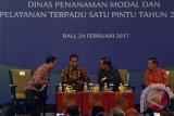 Presiden Joko Widodo (kedua kiri) berbincang dengan Kepala Badan Koordinasi Penanaman Modal (BKPM) Thomas Lembong (kiri), Sekretaris Kabinet, Pramono Anung (kedua kanan) dan Gubernur Bali, Made Mangku Pastika saat Rapat Koordinasi (Rakor) Nasional BKPM dengan Dinas Penanaman Modal dan Pelayanan Satu Pintu Tahun 2017 di Nusa Dua, Bali, Jumat (24/2). Presiden mengingatkan pemerintah pusat dan daerah untuk melakukan integrasi dan koordinasi guna mewujudkan kecepatan dan efisiensi pelayanan investasi di tengah persaingan global. ANTARA FOTO/Wira Suryantala/17.