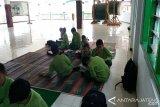 Kelas Tak Beratap, Siswa SD Ngadirejo Kerjakan UTS di Masjid