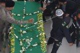 Masyarakat antre shalatkan KH Hasyim Muzadi