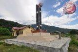 Monumen Gerhana Matahari Total (GMT) yang berada di Desa Pakuli Utara, Kecamatan Gumbasa, Kabupaten Sigi, Sulawesi Tengah, Kamis (16/3). Monumen yang menjadi penanda fenomena alam gerhana matahari total pada 9 Maret 2016 itu sering dikunjungi wisatawan yang datang ke daerah tersebut. ANTARA FOTO/Mohamad Hamzah/ama/17.