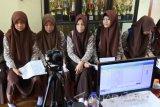 Sejumlah siswa melakukan proses perekaman KTP-elektonik (KTP-E) di SMK PGRI 5, Kencong, Jember, Jawa Timur, Jumat (7/4). Dinas Kependudukan Dan Pencatatan Sipil Jember melakukan jemput bola ke sekolah-sekolah untuk perekaman KTP-E untuk wajib KTP pemula, pembuatan akta kelahiran karena siswa kesulitan mendapatkan KTP saat waktu sekolah. Antara Jatim/Seno/zk/17.