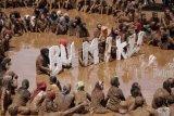 Warga melakukan perayaan mandi lumpur massal dalam rangka memperingati Hari Bumi di Desa Kalilunjar, Banjarmangu, Banjarnegara, Jateng, Sabtu (22/4). Berbagai kegiatan seperti mandi lumpur massal, bersih sampah, serta penanaman 1000 pohon pucuk merah untuk menghias desa dan konservasi lahan dilaksanakan warga Desa Kaliunjar untuk memperingati Hari Bumi. ANTARA FOTO/Idhad Zakaria/kye/17.
