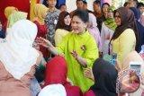 Ibu Negara Iriana Joko Widodo berdialog dengan warga saat menghadiri peringatan Hari Kartini 2017 di lapangan Murjani Banjarbaru, Kalsel, Selasa (25/4/2017). Selain menghadiri puncak peringatan Hari Kartini 2017, Ibu Negara juga meninjau pelaksanaan program IVA (Inspeksi Visual Asam Asetat), deteksi dini kanker Payudara dan penyuluhan Narkoba. (ANTARA FOTO/Herry Murdy Hermawan)