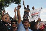 Sejumlah sopir taksi meneriakkan yel-yel dalam aksi unjuk rasa di depan Kantor Gubernur Bali, Denpasar, Rabu (3/5). Ratusan sopir yang tergabung dalam Aliansi Sopir Transport Bali menuntut penutupan aplikasi taksi 'online' di Bali karena dinilai telah mematikan sumber pendapatan mereka. Antara Bali/Nyoman Budhiana/17.