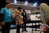 Direktur Unesco Jakarta Shahbaz Khan (kanan) menandatangani poster pameran disaksikan Dirut LKBN Antara Meidyatama Suryodiningrat (kedua kanan), Ketua Dewan Pers Yosep Adi Prasetyo (kiri) dan Direktur Layanan Informasi Internasional Kominfo Selamatta Sembiring (kedua kiri) saat pembukaan pameran foto =80 Years in 80 Photos: Chronicling Indonesia in Images sice 1937= disela World Press Freedom Day 2-17 di Jakarta Convention Center, Jakarta, Selasa (2/5). Pameran foto jurnalistik karya pewarta foto Antara tersebut bercerita tentang perjalanan pers Indonesia selama 80 tahun. (ANTARA FOTO/Sigid Kurniawan/Dok).