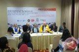 Rektor Universitas Pancasila Wahono Sumaryono, Mantan Rektor UP Edi Toet Hendratno, Mantan PM Malaysia Mohatir Muhammad (kiri ke kanan) memberikan keterangan pers acara Simposium Internasional Orbicom dengan tema