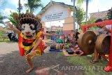 Sejumlah anak memainkan kesenian tradisional barong di Licin, Banyuwangi, Jawa Timur, Sabtu (6/5). Kegiatan tersebut rutin dilakukan anak-anak diluar jam sekolah untuk mengisi waktu luang dengan belajar kesenian daerahnya. Antara Jatim/Budi Candra Setya/zk/17.