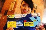 Seorang sales promotion girl (spg) memperlihatkan dua kemasan kartu perdana XL saat peluncuran layanan 4G LTE di Pontianak, Kalbar, Kamis (18/5). Setelah Kalimantan Selatan dan Kalimantan Timur, kini PT XL Axiata Tbk juga memperluas layanan 4G LTE di delapan kabupaten/kota di Kalimantan Barat yaitu Kota Pontianak dan Singkawang serta Kabupaten Kubu Raya, Ketapang, Mempawah, Bengkayang, Sambas dan Sanggau. ANTARA FOTO/Jessica Helena Wuysang/17