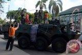 Sejumlah anak-anak bermain di atas kendaraan tempur TNI saat pameran Alat Utama Sistem Persenjataan (Alutsista) dalam rangkaian peringatan Hari Ulang Tahun ke-60 Kodam IX/Udayana di Lapangan Puputan Badung, Sabtu (20/5). Pameran selama tiga hari tersebut melibatkan seluruh satuan pasukan untuk menciptakan kedekatan TNI dengan masyarakat sekaligus memperkenalkan persenjataan yang dimiliki Kodam IX/Udayana. ANTARA FOTO/Wira Suryantala/wdy/17.