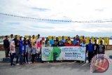 Puluhan generasi muda Kabupaten Barito Kuala, Kalimantan Selatan tergabung dalam Forum Komunitas Hijau (FKH) Ijejela Bahalap melakukan aksi bersih-bersih sungai, Jumat (19/5). Foto:Antaranews Kalsel/Arianto/G.