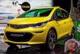 Paus Fransiskus Terima Mobil Listrik Opel Ampera-e