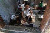 Pekerja menyelesaikan pembuatan makanan khas Kediri Opak Gambir di Desa Bulu, Kediri, Jawa Timur, Jumat (16/6). Mendekatan lebaran produksi opak gambir di tempat tersebut naik hingga tiga kali lipat atau sebanyak 60 kg per hari. Antara Jatim/Prasetia Fauzani/zk/17