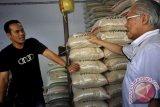 Menteri Perdagangan Enggartiasto Lukito (kanan) berdialog dengan pedagang beras saat melakukan sidak (inspeksi mendadak) harga sembako di Pasar Kranggot Cilegon, Banten. Menurut Mendag Enggartiasto harga sembako pada H-10 menjelang lebaran masih dalam taraf normal, dan pihaknya akan terus melakukan pengawasan untuk menjamin stabilitas harga-harga barang kebutuhan pokok hingga lebaran. (ANTARA FOTO/Asep Fathulrahman).