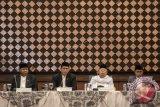 Menteri Agama Lukman Hakim Saifuddin (kedua kiri) didampingi Ketua MUI Maruf Amin (kedua kanan), Ketua Komisi VIII DPR Ali Taher (kiri) dan Plt Dirjen Bimas Islam Kamarudin Amin (kanan) membuka sidang Isbat penetapan 1 Syawal 1438H di Kementerian Agama, Jakarta, Sabtu (24/6). Pemerintah melalui mekanisme sidang Isbat menetapkan Idul Fitri 1438 Hijriah jatuh pada Minggu (25/6). ANTARA FOTO/M Agung Rajasa/wdy/17