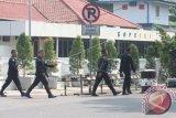 Personel Brimob berjaga di sekitar jalan Falatehan tempat terjadinya penusukan dua anggota Brimob Polri, Mabes Polri, Jakarta, Sabtu (1/7). Terkait dengan peristiwa teror tersebut, Polri akan memperketat sistem pengamanan diantara polisi dengan sistem 'Buddy', yang artinya setiap menjalankan tugas polisi tidak sendirian. ANTARA FOTO/Reno Esnir/wdy/17.