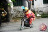 Seekor monyet melakukan atraksi di Medan, Sumatra Utara, Minggu (2/7). Meski Kementerian Kehutanan telah mengeluarkan larangan eksploitasi hewan untuk komersial, atraksi topeng monyet tersebut masih sering digelar karena dinilai dapat menghasilkan uang sebesar puluhan ribu rupiah per hari. ANTARA FOTO/Jessica Helena Wuysang/17