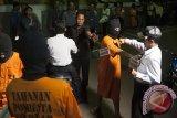 Tersangka Dewa Komang Dedy Antoni (kedua kanan) melakukan adegan rekonstruksi pembunuhan anggota TNI, Prada Yanuar Setiawan di Mapolresta Denpasar, Bali, Selasa (11/7). Polisi menetapkan enam tersangka yaitu lima orang di antaranya masih di bawah umur dengan status pelajar yang melakukan pengeroyokan terhadap Prada Yanuar Setiawan karena bersenggolan sepeda motor di Nusa Dua pada Minggu (9/7). Antara Bali/Nyoman Budhiana/17.