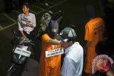 Tersangka Dewa Komang Dedy Antoni (kedua kiri) melakukan adegan rekonstruksi pembunuhan anggota TNI, Prada Yanuar Setiawan di Mapolresta Denpasar, Bali, Selasa (11/7). Polisi menetapkan enam tersangka yaitu lima orang di antaranya masih di bawah umur dengan status pelajar yang melakukan pengeroyokan terhadap Prada Yanuar Setiawan karena bersenggolan sepeda motor di Nusa Dua pada Minggu (9/7). Antara Bali/Nyoman Budhiana/17.