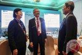 Ketua Dewan Komisioner Lembaga Penjamin Simpanan (LPS) Halim Alamsyah (tengah) didampingi Anggota Dewan Komisioner Destry Damayanti (kiri) dan Anggota Dewan Komisioner yang juga Deputi Gubernur BI Erwin Riyanto berbincang pembukaan workhsop dan konferensi International Association of Deposit Insurers/Asia Pacific Regional Committee (IADI APRC) di Yogyakarta, Senin (17/7). Pertemuan tersebut dihadiri 70 delegasi dari 30 negara dan 300 partisipan dari dalam dan luar negeri dari organisasi yang mewadahi lembaga-lembaga yang memiliki fungsi penjaminan simpanan di seluruh dunia.ANTARA FOTO/Hendra Nurdiyansyah/wdy/17.