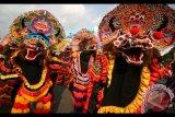 Sejumlah penari Barongan menari pada pertunjukkan bertajuk 'Tari Kolosal Seribu Barong Nusantara' di area Simpang Lima Gumul, Kediri, Jawa Timur, Sabtu (22/7). Pertunjukkan tari yang diikuti oleh sedikitnya 3.000 orang penari Barongan dari sejumlah daerah se-Indonesia tersebut merupakan puncak acara Pekan Budaya dan Pariwisata Kediri. ANTARA FOTO/Prasetia Fauzani/wdy/17