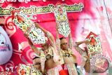 Sejumlah penari Dayak dari Sanggar Borneo Tarigas menampilkan Tarian Gunapm' saat pembukaan pameran, eksibisi dan hiburan rakyat dalam rangkaian kegiatan Kongres Dayak Internasional di Rumah Radakng, Pontianak, Minggu (23/7). Tari Gunapm' yang merupakan hasil karya Koreografer Gabriel Armando tersebut, menceritakan tentang kesakralan perisai (Gunapm') serta ketangkasan dan semangat juang kaum muda Dayak. ANTARA FOTO/Jessica Helena Wuysang/17