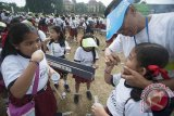 Instruktur memberi contoh cara menggosok gigi bagi siswa sekolah dasar dalam edukasi kesehatan mulut dan gigi di GOR Ngurah Rai Denpasar, Senin (31/7). Kegiatan yang melibatkan sekitar 3.000 siswa sekolah dasar tersebut selain untuk memecahkan rekor MURI juga untuk mendukung program pemerintah yaitu Indonesia Bebas Karies 2030. Antara Bali/Nyoman Budhiana/i018/2017.