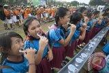 Ribuan siswa sekolah dasar menggosok gigi dalam kegiatan edukasi kesehatan mulut dan gigi di GOR Ngurah Rai Denpasar, Senin (31/7). Kegiatan yang melibatkan sekitar 3.000 siswa sekolah dasar tersebut selain untuk memecahkan rekor MURI juga untuk mendukung program pemerintah yaitu Indonesia Bebas Karies 2030. Antara Bali/Nyoman Budhiana/i018/2017.