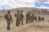 PM Narendra Modi kunjungi pasukan di perbatasan India-China