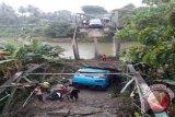 Jembatan Korong Kampung Sebelah Padangpariaman Ambruk