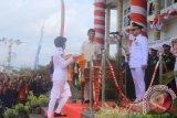 Wali Kota Pangkalpinang, M Irwansyah saat akan menerima bendera dari pasukan pengibar bendera pada Upacara Detik-Detik Proklamasi Kemerdekaan Republik Indonesia di halaman Kantor Wali Kota Pangkalpinang, Kamis (17/8/2017).