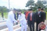 Wali Kota Pangkalpinang M Irwansyah (paling kiri)saat bersalaman dengan Wakil Gubernur Kepulauan Bangka Belitung, Abdul Fattah pada acara Upacara Ziarah Nasional di Taman Makam Pahlawan Pawitralaya Kota Pangkalpinang, Kamis (17/8/2017). (antarababel.com/Try Mustika Hardi)